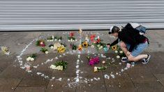 Una mujer deposita una vela en el lugar donde el atacante de Hamburgo acuchilló a una mujer hasta matarla. Foto: AFP