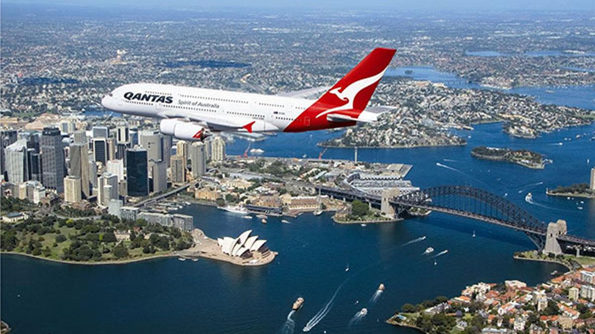 Avión de la compañía australiana Qantas sobre Sidney.