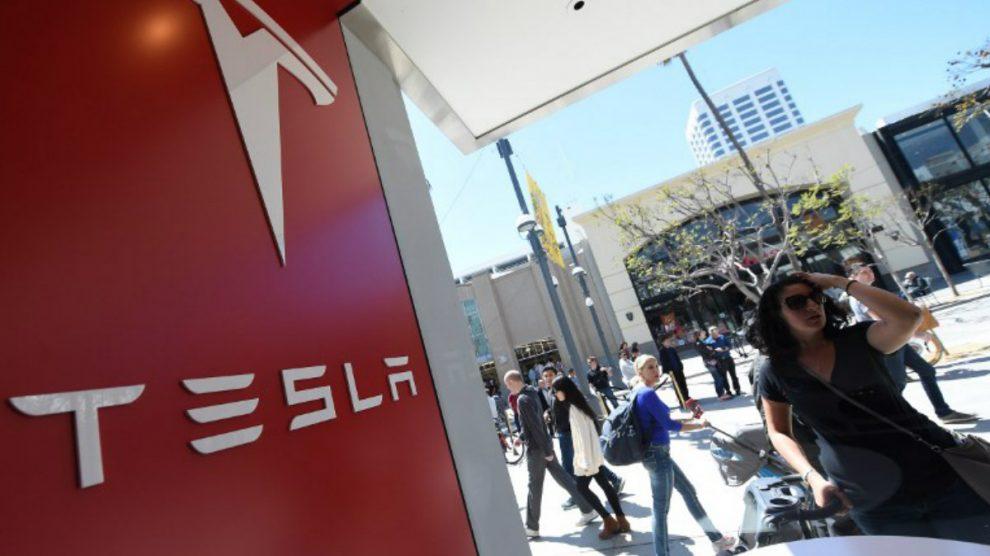 Una mujer mira dentro de la tienda Tesla de Santa Mónica. Foto: AFP