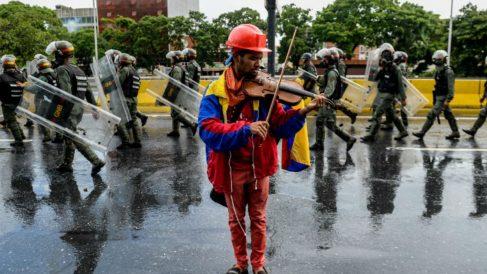 Wuilly Arteaga, violonista venezolano conocido por tocar el violín durante las marchas opositoras al régimen de Nicolás Maduro. Foto: AFP
