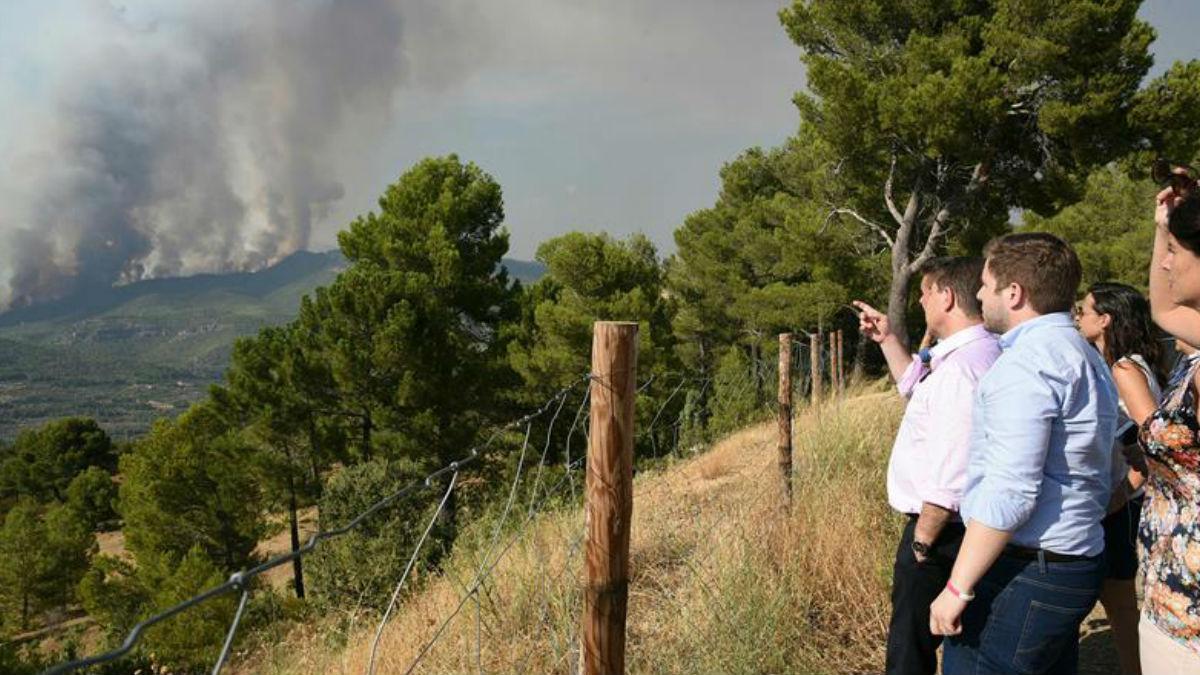 Fotografía facilitada por la Junta de Castilla-La Mancha, de su presidente Emiliano García-Page (i), durante su visita al Puesto de Mando Avanzado del incendio de Yeste.