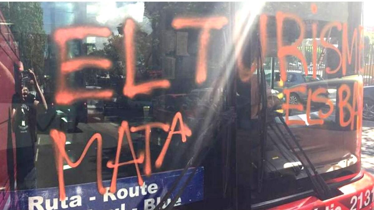 El autobús que fue atacado por la organización juvenil ARRAN vinculada a la CUP.