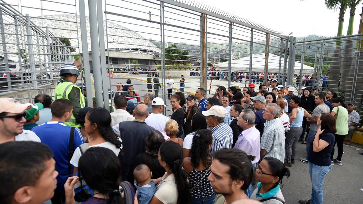 Venezolanos durante la jornada electoral (AFP)
