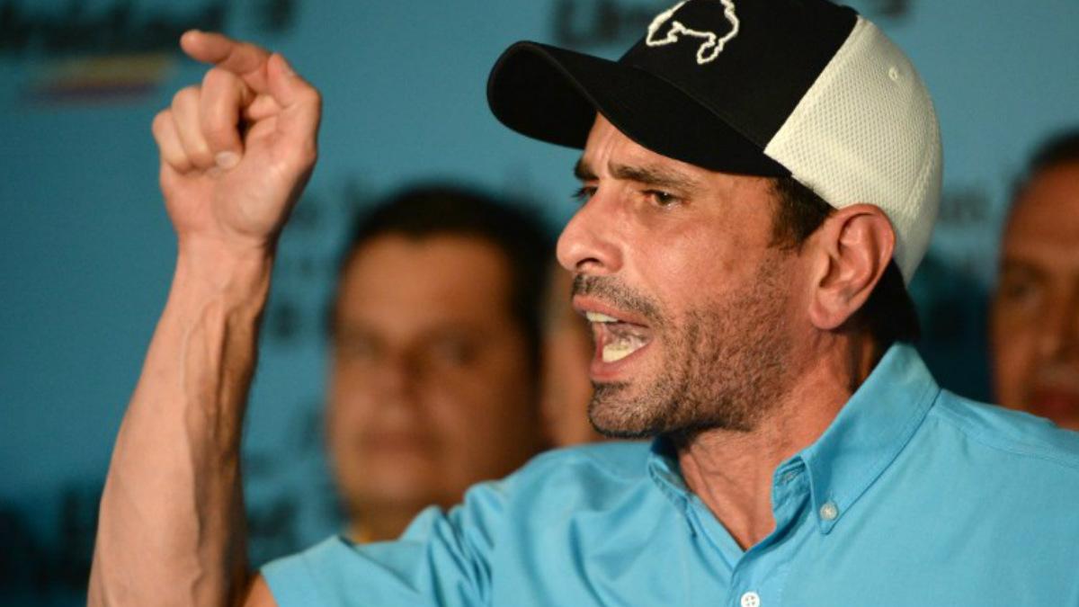 Henrique Carriles líder opositor venezolano y miembro de la Mesa de Unidad Democrática (MUD) llamando a las protestas por la «masacre» del domingo electoral. Foto: AFP