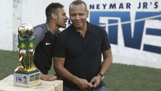 Neymar y su padre ponen en jaque al mundo del fútbol. (AFP)