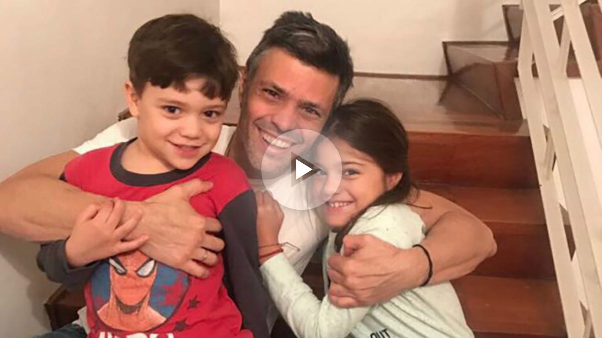 Leopoldo López junto con sus dos hijos tras ser liberado de la prisión de Ramo Verde. Foto: @cayetanaAT