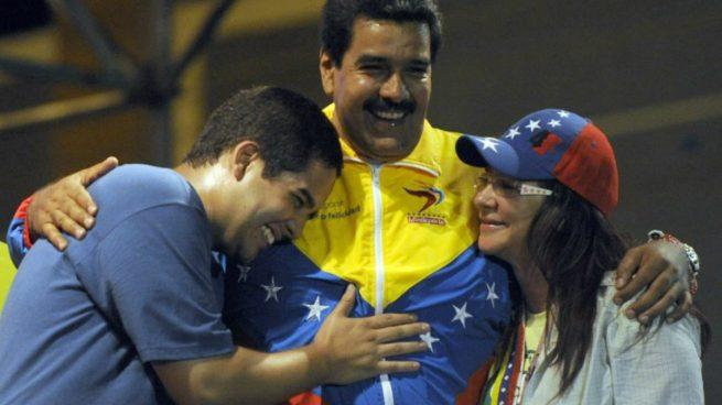 Nicolás Maduro, en el centro, junto a su hijo Nicolás Ernesto y su mujer, madrastra del joven, Cilia Flores. Los tres formarán parte de la nueva Asamblea Constituyente. Foto: AFP