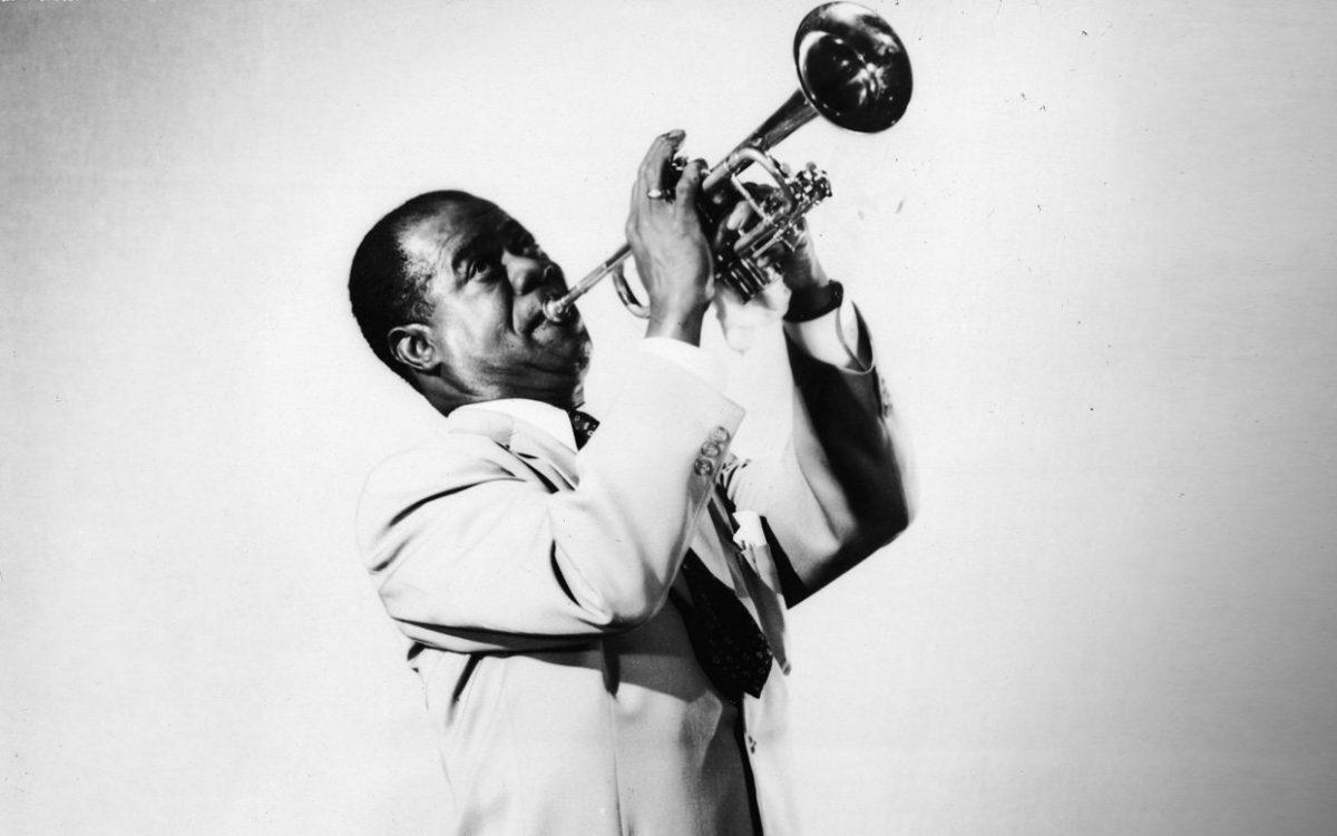 El trompetista y cantante estadounidense de jazz, Louis Armstrong, en 1955.