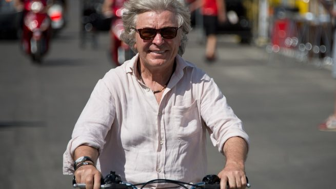 Ángel Nieto montado en una moto, su gran pasión.