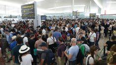 Colas para acceder al control de seguridad del Aeropuerto de Barcelona-El Prat. (Fuente:EFE/Alejandro García)