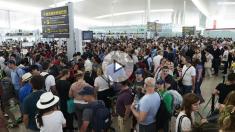 Las colas para acceder al control de seguridad del Aeropuerto de Barcelona-El Prat van en aumento y superan ya la hora de duración, debido a los paros que llevan a cabo los trabajadores de Eulen, la empresa que gestiona este servicio. (Fuente:EFE/Alejandro García)
