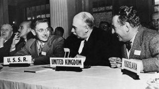 El economista inglés John Maynard Keynes, (1883 – 1946), 1er Baron Keynes (centro), asiste a la Conferencia Monetaria y Financiera Internacional de las Naciones Unidas en el Hotel Mount Washington en New Hampshire. Él desempeñó un papel principal en la formulación de los acuerdos de Bretton Woods y también fue instrumental en el establecimiento del Fondo Monetario Internacional.