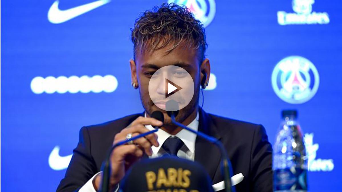 Neymar coloca los micrófonos antes de iniciar su rueda de prensa con el PSG. (AFP)