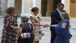 Los Reyes saludando a algunos invitados (Foto: EFE)
