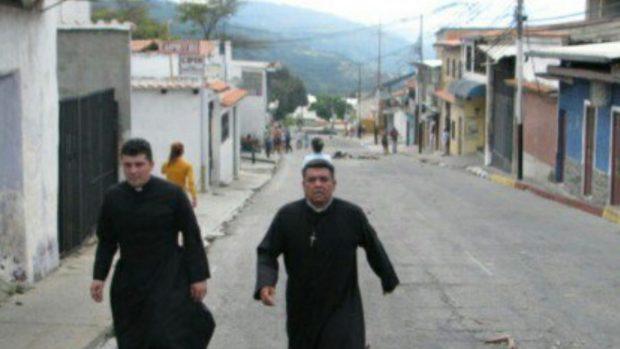 José Torres y Omar Vergara, sacerdotes de Venezuela que trataron de mediar por la atención médica de los heridos en los enfrentamientos.