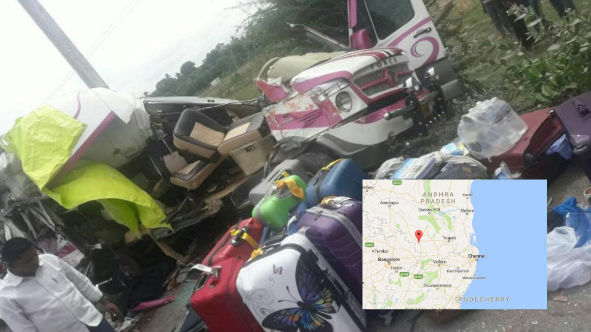 Así ha quedado el minibús tras el accidente de tráfico en el distrito de Chitar, en India. Foto: The Hindu