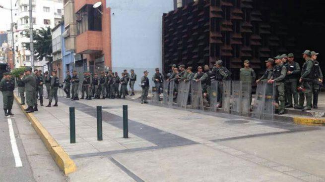 Una de las fotos publicadas por la fiscal Luisa Ortega con militares venezolanos asediando el Ministerio Público