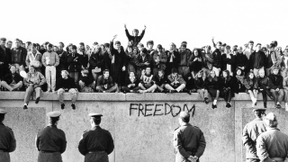 Tal día como hoy, comenzó la construcción del ya mítico Muro de Berlín.