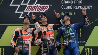 Márquez, Pedrosa y Viñales señalan al cielo en homenaje a Ángel Nieto. (AFP)