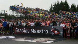 Los pilotos y ex compañeros de Ángel Nieto le homenajearon en Brno (República Checa). (AFP)