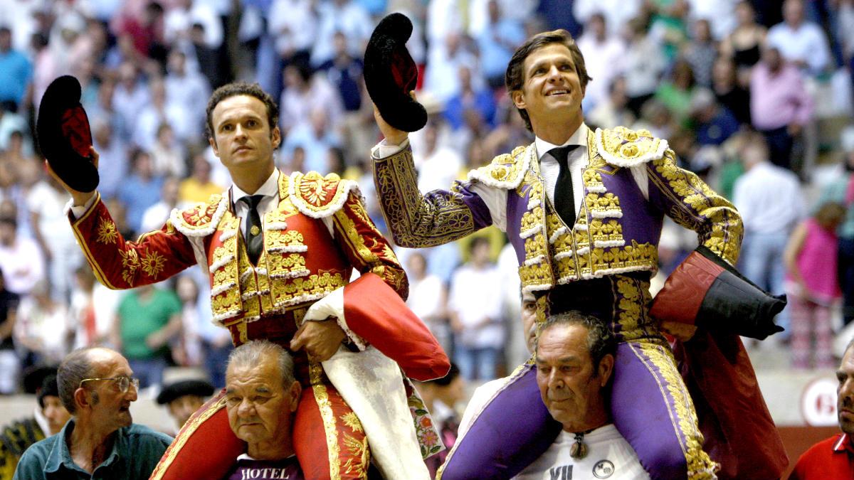 Ferrera y El Juli saliendo a hombros en Pontevedra (Foto: Efe).