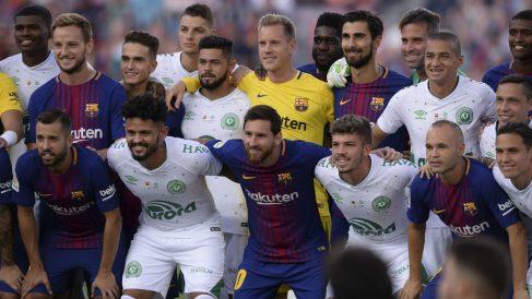 Los jugadores del Barça y del Chapecoense posan antes del partido. (AFP))