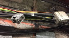 Cajas y cables carcomidos en el metro de Barcelona. (Foto: Alejandro Entrambasaguas)