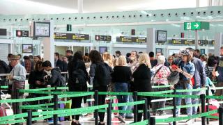 Largas colas de pasajeros en El Prat