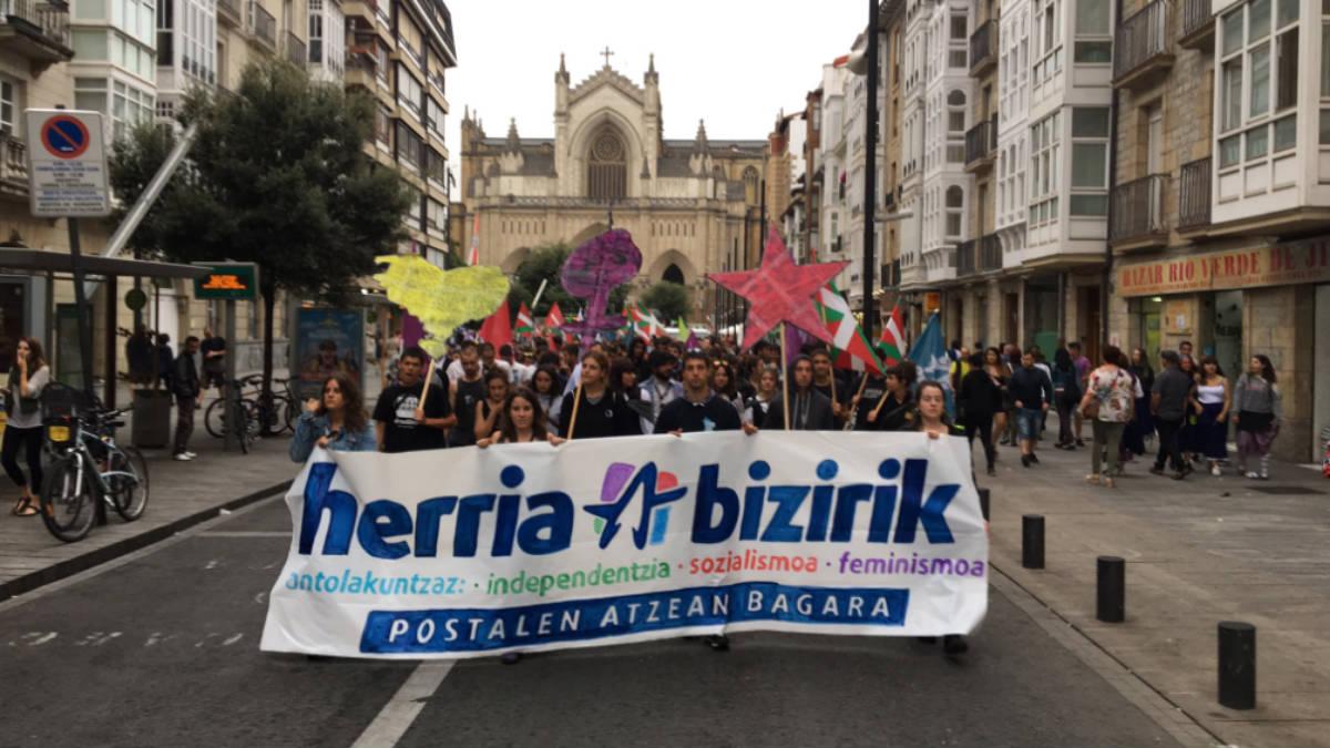 Los cachorros de la proetarra Sortu, el colectivo Ernai, marchan contra el turismo en Vitoria.