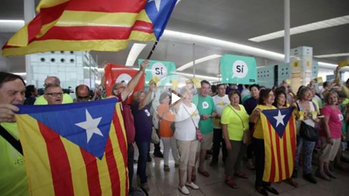 Campaña en favor del referéndum ilegal de Cataluña en el aeropuerto de El Prat aprovechando la huelga de vigilantes de seguridad de Eulen. Foto: Twitter