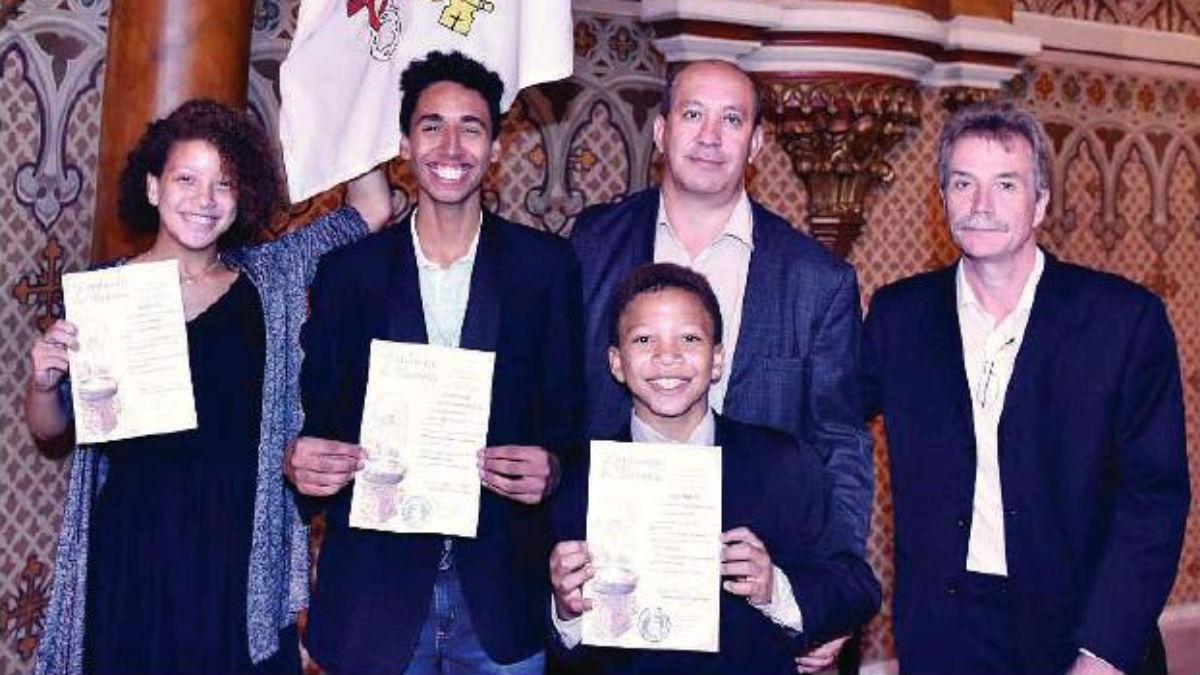 Reis y Harrad, con sus hijos y sus certificados bautismales.