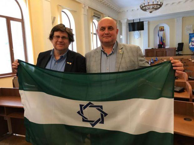 El presidente de la ANA, Pedro Ignacio Altamirano y el presidente de Somos Andaluces con bandera indepedentista en Crimea (Foto: Facebook)