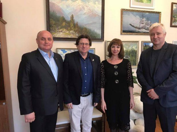 El presidente de la ANA, Pedro Ignacio Altamirano, con la viceministra de Cultura de Crimea