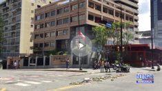 La PNB de Nicolás Maduro lanza bombas lacrimógenas contra la embajada de Canadá en Caracas.