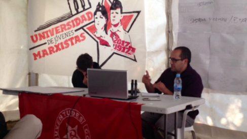 El primer teniente de alcalde de Zaragoza, Alberto Cubero, impartiendo una clase en la Universidad de Jóvenes Marxistas. (Foto: Twitter)