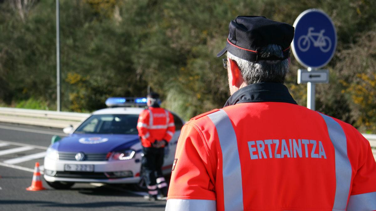 Agentes de la Ertzaintza.