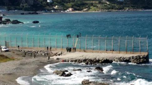 El espigón de Benzú separa el territorio español de Ceuta de Marruecos.