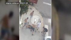 Siete jóvenes propinan una paliza a otro a la salida de una discoteca en Gandía (Valencia).