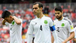 Rafa Márquez, en primer plano, en un partido con la selección de México. (Getty)
