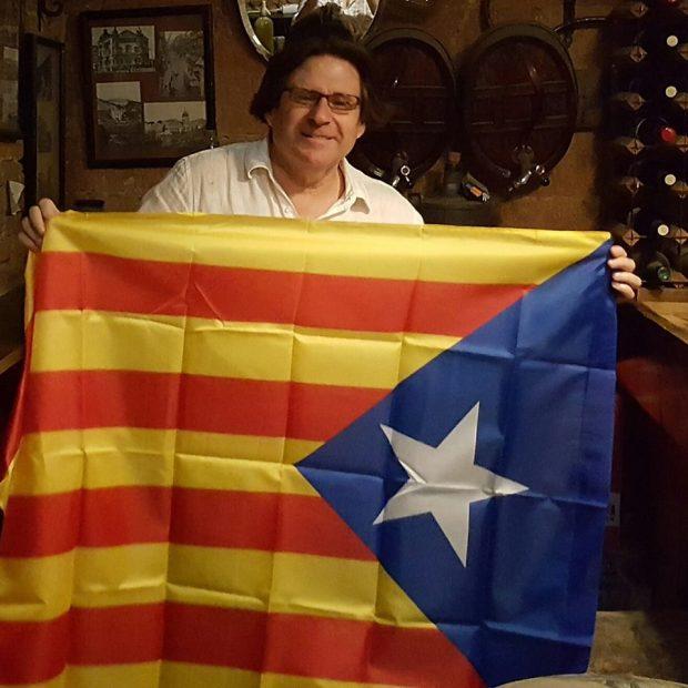 El presidente de la ANA, Pedro I. Altamirano con una bandera estelada