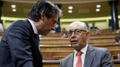 El ministro de Hacienda, Cristóbal Montoro y el de Fomento, Íñigo de la Serna. (Foto: EFE)
