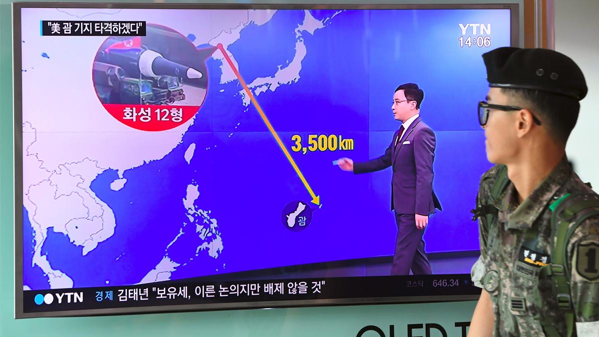 Un soldado de Corea del Sur atiende a los planes de los vecinos del norte en la isla de Guam. (Foto: AFP)
