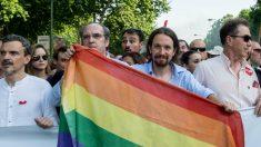 Pablo Iglesias con la bandera LGTBI (Foto: Twitter) | Última hora Podemos