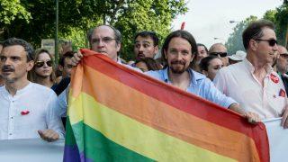 Pablo Iglesias con la bandera LGTBI (Foto: Twitter)
