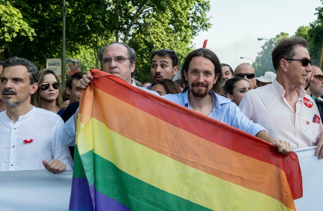 Pablo Iglesias con la bandera LGTBI (Foto: Twitter)   Última hora Podemos