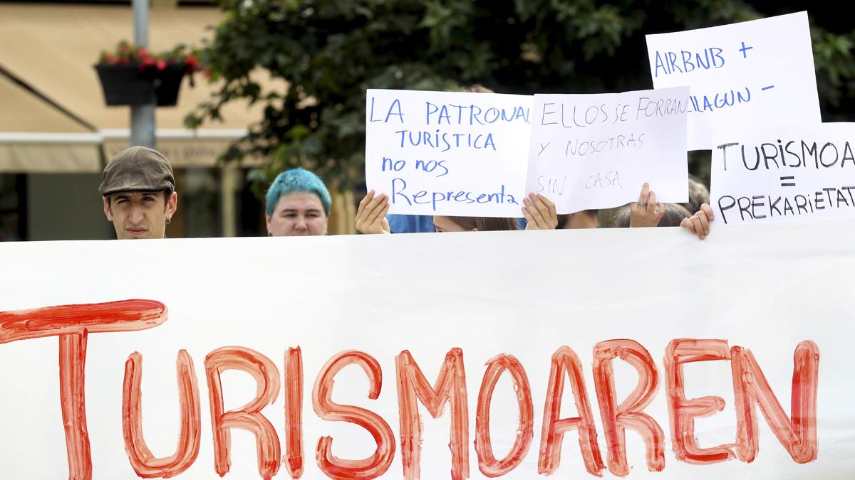 Miembros de la izquierda abertzale protestando contra el turismo en San Sebastián. (Foto: EFE)