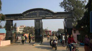 Entrada principal al complejo sanitario Baba Raghav en Uttar Pradesh (India).