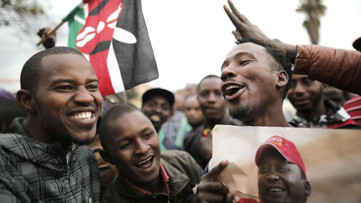 Partidarios del reelegido presidente de Kenia sostienen una foto suya y celebran el resultado (Foto: AFP).