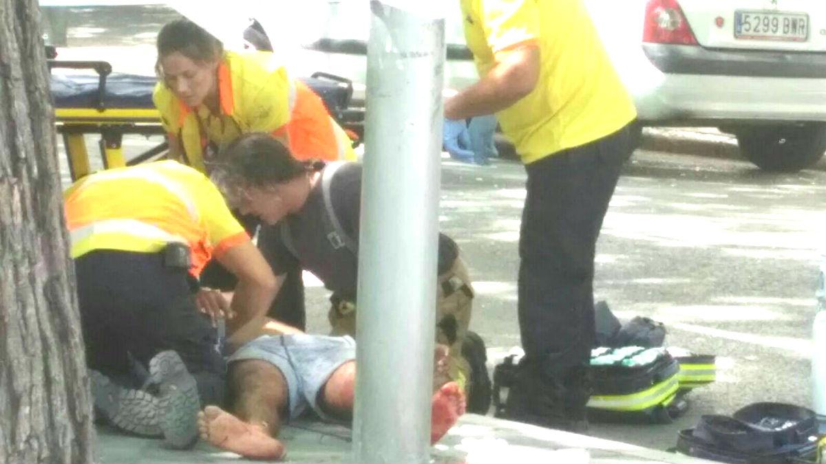 Los sanitarios atienden a uno de los heridos (Foto: Xana Sánchez).