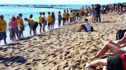 Vecinos de la Barceloneta protestando en la playa.
